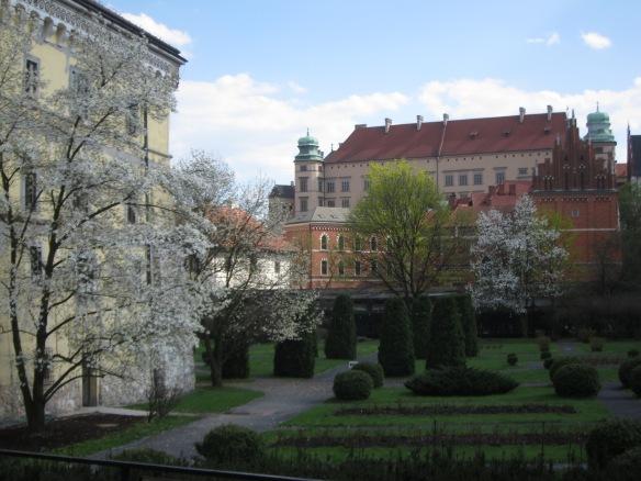 Cracovia: giardini del Museo Archeologico e castello sullo sfondo