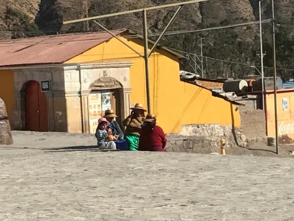 Donne Aymara nella piazza centrale di Putre